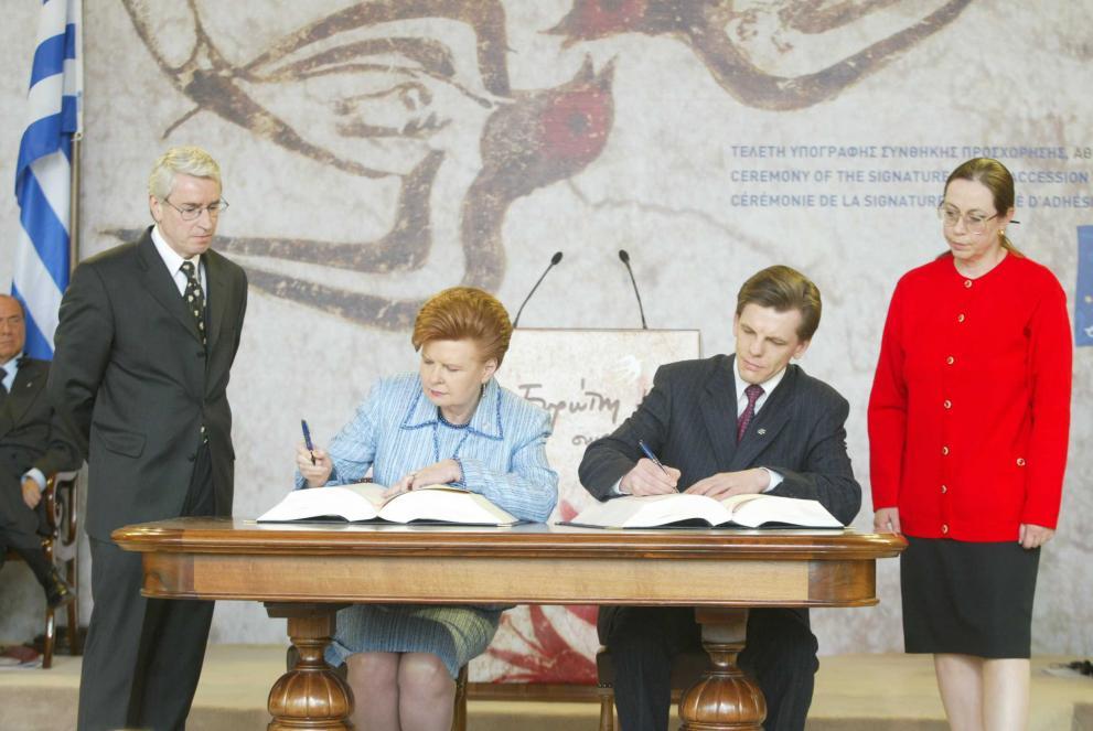 Eiropas Savienības iestāšanās līguma parakstīšanas ceremonija 2003. gada 16. aprīlī Atēnās, Grieķijā. Fotogrāfijā no kreisās: Latvijas Valsts prezidente Vaira Vīķe Freiberga un Ministru prezidents Einārs Repše.